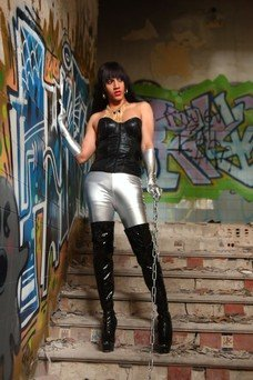 Michelle Gold, Travesti en alt-otra ciudad